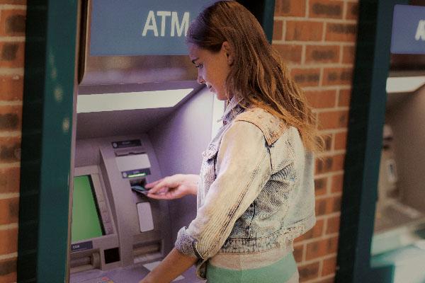Hikvision có tất cả các loại công nghệ hiện đại để cung cấp một giải pháp an ninh đầy đủ cho ngành ngân hàng - từ máy ATM trên đường phố đến hầm mộ sâu trong các bức tường của ngân hàng